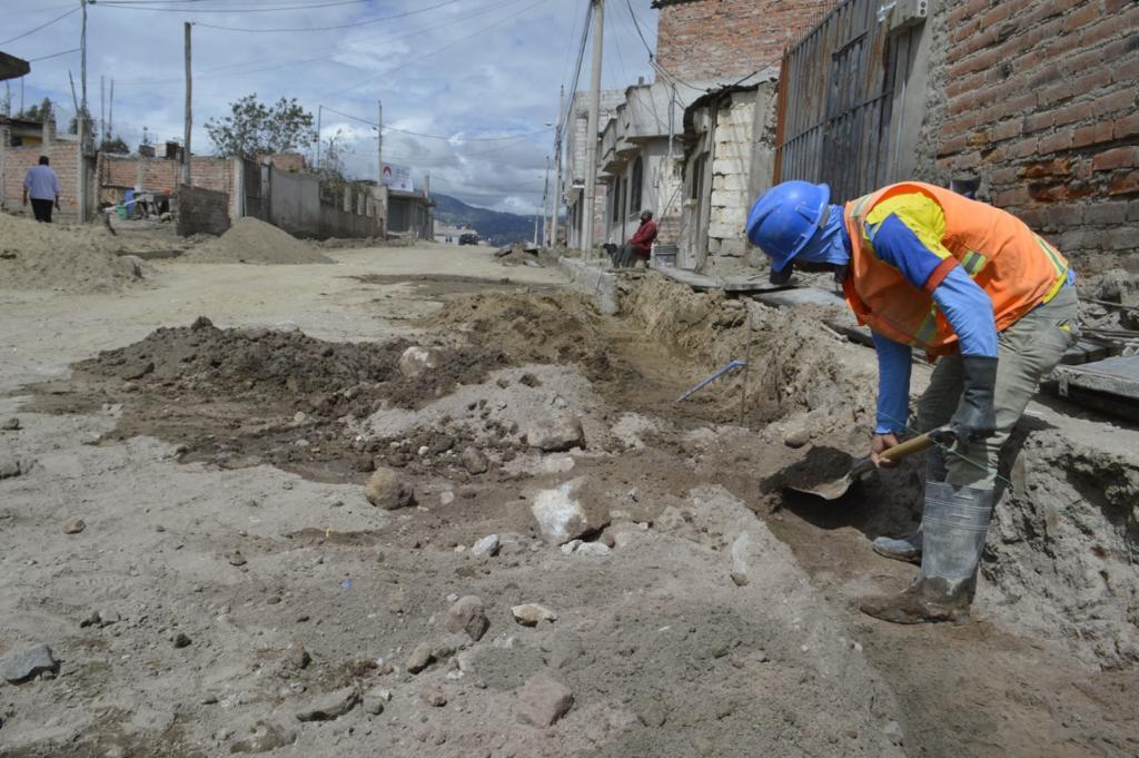 Avanza ejecución de trabajos del mejoramiento vial en el barrio el Bosque Alto