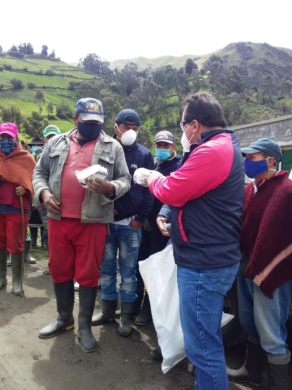 Municipio de Riobamba entregó de kits volcánicos en la parroquia Flores